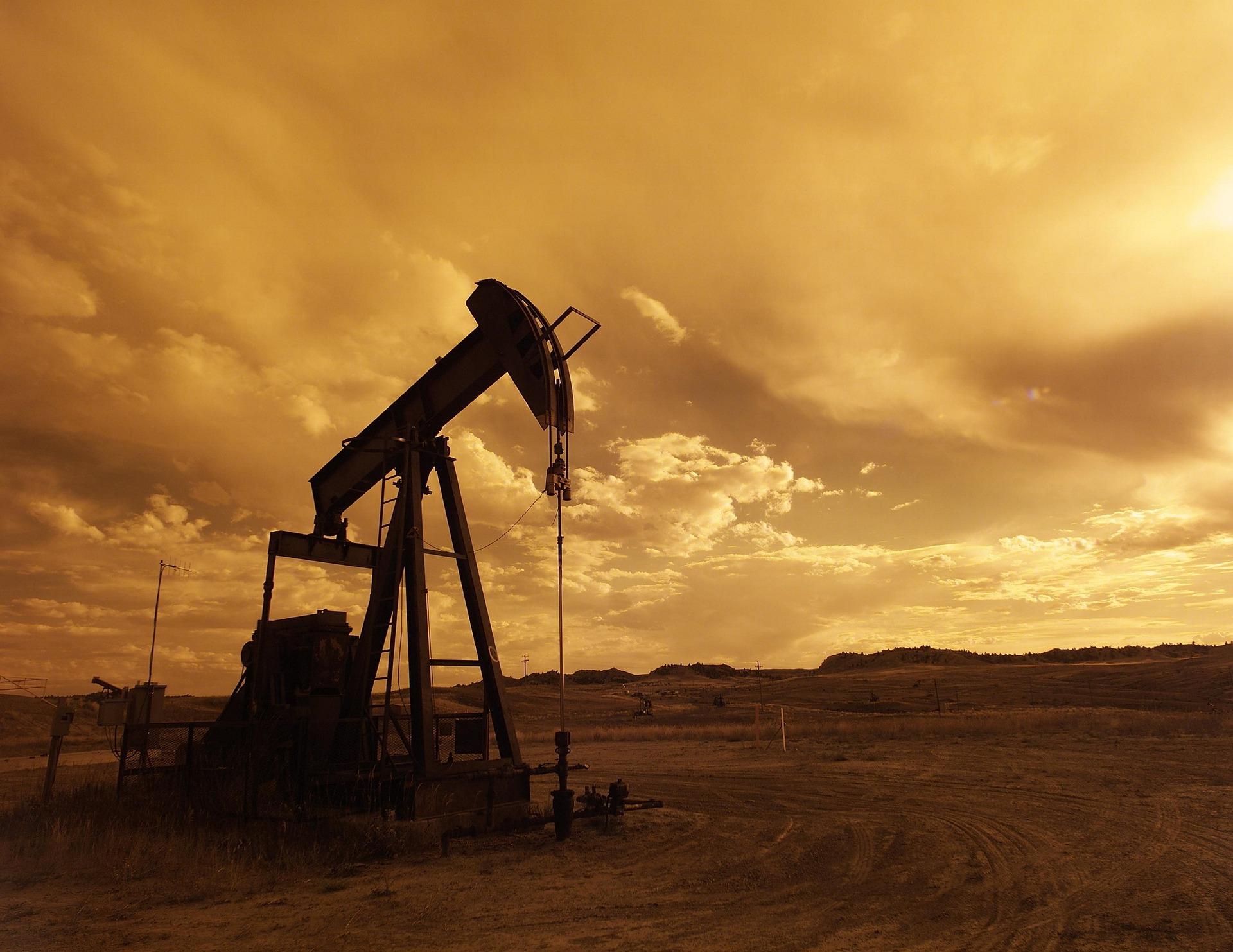 oil-pump-jack-1407715_1920
